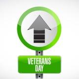 día de veteranos encima de la señal de tráfico de la flecha Fotografía de archivo libre de regalías