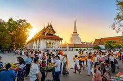 Día de Wat Phra Mahathat Woramahawihan In Nakhon Si Thammarat Province Thailand On Makha Bucha, desfile del traje de Khi Hom el 1 fotografía de archivo libre de regalías