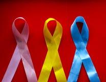Día del cáncer del mundo Cinta coloreada brillante - símbolo de la lucha contra cáncer y de la esperanza de la recuperación del c imagen de archivo libre de regalías