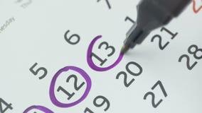 Día del círculo de la mano de la mujer en calendario del papel 13o día del mes almacen de metraje de vídeo