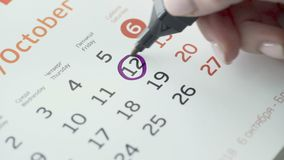 Día del círculo de la mano de la mujer en calendario del papel 12o día del mes almacen de metraje de vídeo