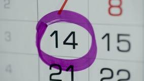Día del círculo de la mano de la mujer en calendario del papel 14o día del mes almacen de metraje de vídeo
