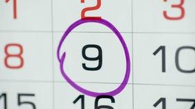 Día del círculo de la mano de la mujer en calendario del papel 9o día del mes almacen de video