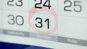 Día del círculo de la mano de la mujer en calendario del papel 31ro día del mes almacen de metraje de vídeo