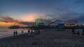 Día del embarcadero de Santa Monica a los timelapes de la noche almacen de video