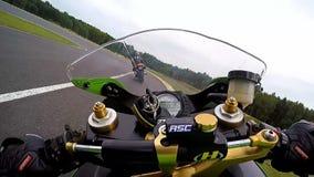 Día del entrenamiento en el circuito del superbike cámara encima del depósito de gasolina metrajes