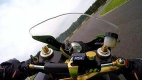 Día del entrenamiento en el circuito del superbike Soporte de cámara en depósito de gasolina metrajes