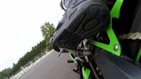 Día del entrenamiento en el circuito del superbike Soporte de cámara en el brazo de control posterior almacen de video