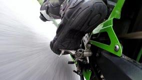 Día del entrenamiento en el circuito del superbike Soporte de cámara en el brazo de control posterior almacen de metraje de vídeo