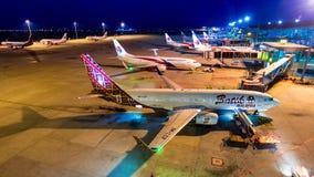 día del lapso de tiempo 4k al aeroplano de la noche del transporte de las líneas aéreas de Malasia en Kuala Lumpur International  metrajes