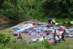 Día del lavadero en el borde de la carretera cerca de Robillard rural, Haití Imagen de archivo