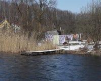 Día del lavadero en el lago del invierno en el pueblo ruso Imagen de archivo