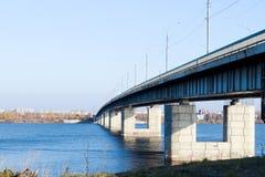 Día del otoño en Arkhangelsk Vista del río puente septentrional de Dvina y del automóvil en Arkhangelsk foto de archivo libre de regalías