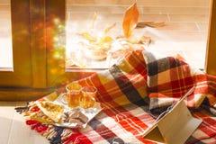 Día del otoño fuera de la ventana Aún vida acogedora dentro Imagenes de archivo