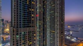 Día del puerto deportivo de Dubai al timelapse de la noche, a las luces que brillan y a los rascacielos más altos almacen de video