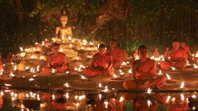 Día del puja de Magha, Chiangmai, Tailandia almacen de video