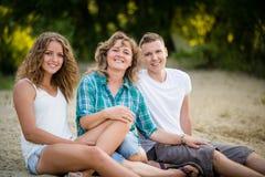 Día del ` s de la familia hacia fuera Mirada de la cámara y sonrisa Foto de archivo libre de regalías