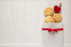 Día del `s de la tarjeta del día de San Valentín Bolso con el ` presionado cookieswith del ` del texto te amo Foto de archivo