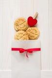 Día del `s de la tarjeta del día de San Valentín Bolso con el ` presionado cookieswith del ` del texto te amo Imagenes de archivo