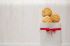 Día del `s de la tarjeta del día de San Valentín Bolso con el ` presionado cookieswith del ` del texto te amo Fotos de archivo libres de regalías