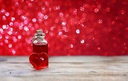 Día del ` s de la tarjeta del día de San Valentín, botella de elixir del amor imágenes de archivo libres de regalías