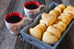 Día del ` s de la tarjeta del día de San Valentín: dos tazas de galletas del café y del corazón Fotos de archivo libres de regalías