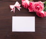 Día del ` s de la tarjeta del día de San Valentín: Tarjeta de papel y pétalos de rosas vacíos blancos Imagen de archivo