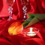 Día del `s de la tarjeta del día de San Valentín Tulipán y vela en un paño rojo Imagenes de archivo