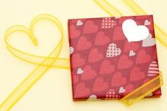 Día del ` s de la tarjeta del día de San Valentín de caja de regalo Imagenes de archivo