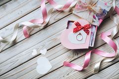 Día del `s de la tarjeta del día de San Valentín Concepto de la propuesta de matrimonio Un anillo de bodas en a Foto de archivo libre de regalías