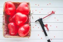 Día del ` s de la tarjeta del día de San Valentín, los corazones rojos hinchan en el fondo de madera blanco, Imagen de archivo libre de regalías