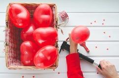 Día del ` s de la tarjeta del día de San Valentín, los corazones rojos hinchan en el fondo de madera blanco, Fotografía de archivo