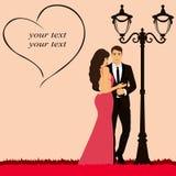 Día del `s de la tarjeta del día de San Valentín Pares cerca de la lámpara de calle Imágenes de archivo libres de regalías