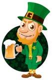 Día del ` s de St Patrick Duende con una pinta de cerveza Fotos de archivo