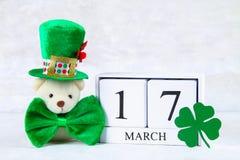 Día del ` s de StPatrick Un calendario de madera que muestra el 17 de marzo Sombrero verde Fotos de archivo libres de regalías