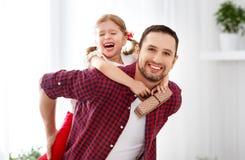 Día del `s del padre Hija feliz de la familia que abraza el papá y risas foto de archivo