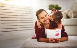 Día del `s del padre Papá feliz del beso de la hija de la familia y saludo del donante Fotos de archivo libres de regalías
