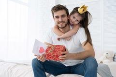 Día del `s del padre Hija feliz de la familia que abraza el papá y risas el día de fiesta fotos de archivo
