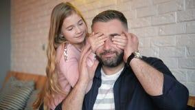 Día del `s del padre Hija feliz de la familia que abraza el papá y risas el día de fiesta Ella cubre sus ojos de la parte posteri metrajes