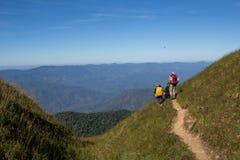 Día del senderismo en las montañas Fotos de archivo libres de regalías