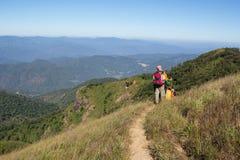 Día del senderismo en las montañas Foto de archivo libre de regalías