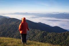 Día del senderismo en las montañas en Tailandia Fotografía de archivo