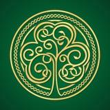 Día del St Patrick Trébol del oro en un fondo verde Foto de archivo libre de regalías