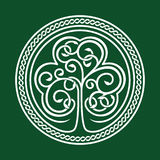 Día del St Patrick Trébol en un fondo verde Ilustración del Vector
