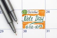 Día del topo del recordatorio en calendario con dos plumas Fotos de archivo