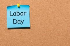 Día del Trabajo - notas fijadas en el tablero del corc, 1r del fondo de la oficina de mayo Con el espacio de la copia para el tex Imagenes de archivo