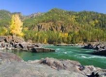 Día en el río en las montañas fotografía de archivo libre de regalías
