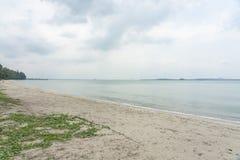 Día en una playa vacía foto de archivo libre de regalías