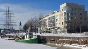 Día escarchado de febrero en el terraplén de la ciudad Turku, Finlandia almacen de metraje de vídeo