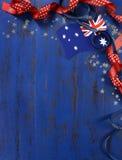 Día feliz de Australia, el 26 de enero, el vintage azul marino del tema apenó el fondo de madera Imagen de archivo